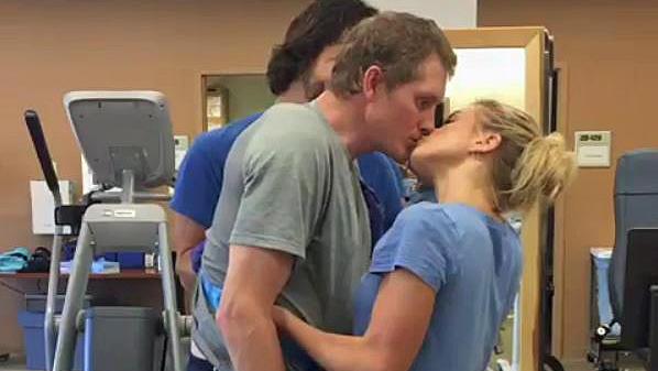 eine frau küssen