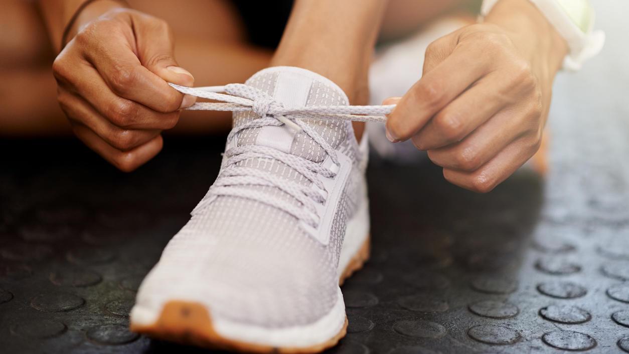 Weiße Sneaker reinigen: Mit diesen 5 Tipps strahlen