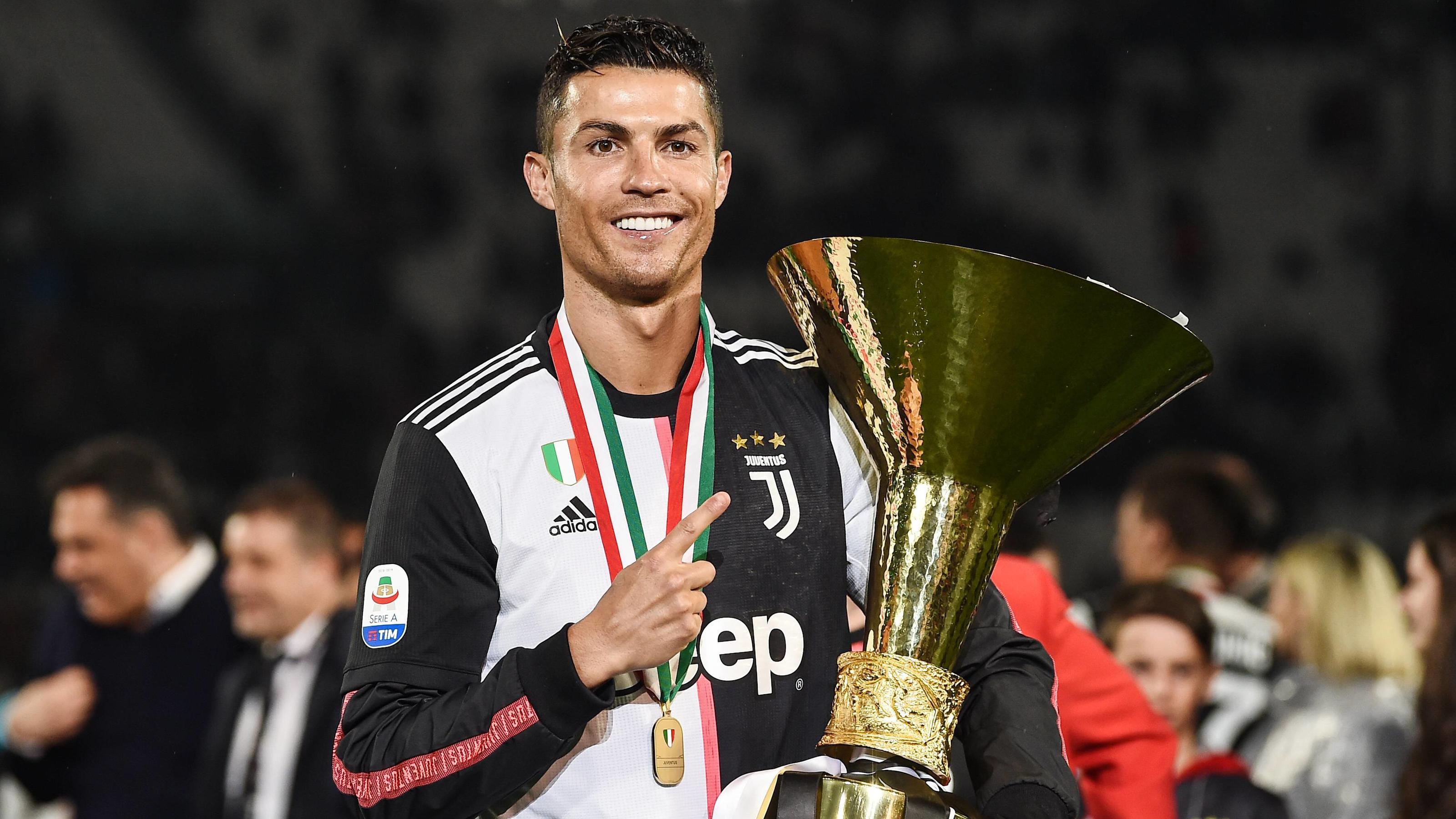 Cristiano Ronaldo Kippt Meister Pokal Um Und Trifft Sohn