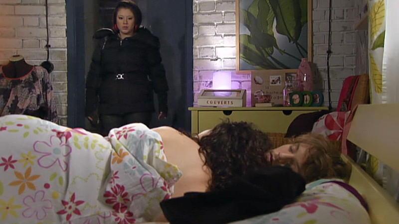 Vanessa entdeckt Annette und Tom nackt im Bett