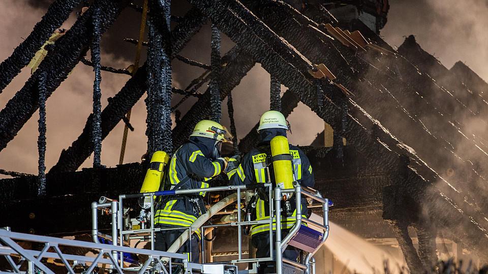 Weihnachtsbaum Service.Hannover Weihnachtsbaum Brennt Zwei Frauen Sterben