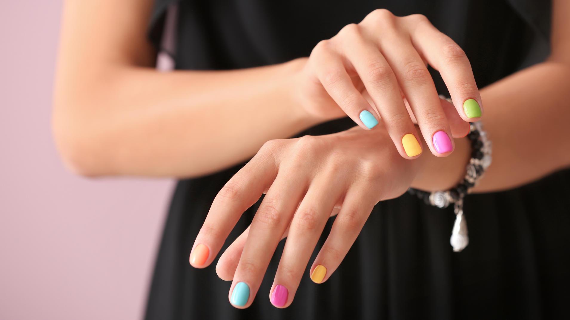 mismatched nails sind der perfekte nageltrend f r den sommer. Black Bedroom Furniture Sets. Home Design Ideas