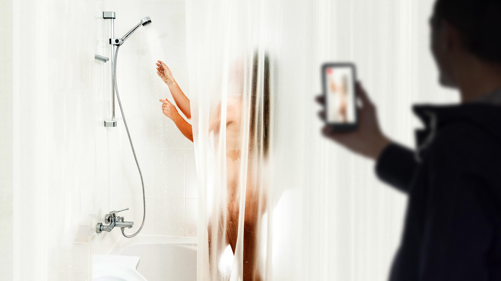 Wesseling: Spanner filmt Frau beim Duschen, sie nimmt ihm das Handy weg - RTL Online