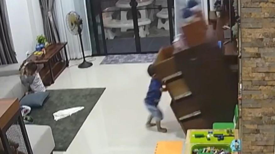 Klettergerüst Wohnzimmer : Schock moment: dieser kleine junge wird fast von einer kommode