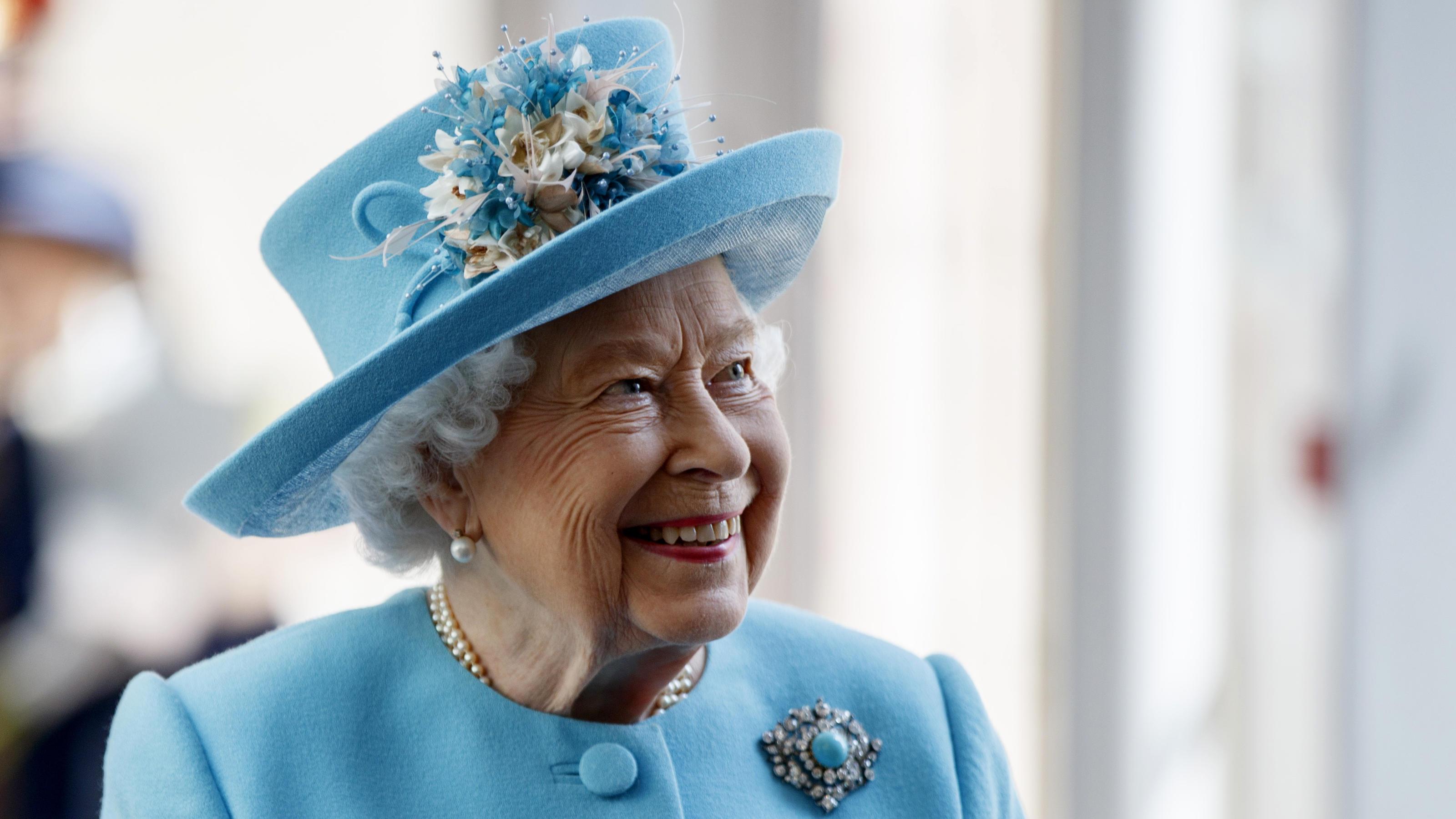 queen elizabeth ii steht zum ersten mal an