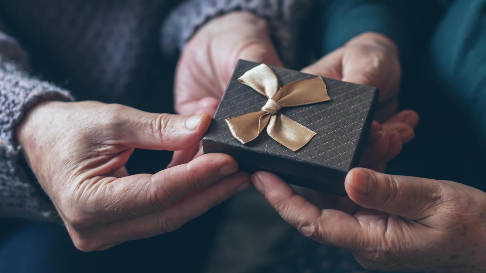 Die Schönsten 8 Geschenke Zur Silberhochzeit Für Ihren Partner