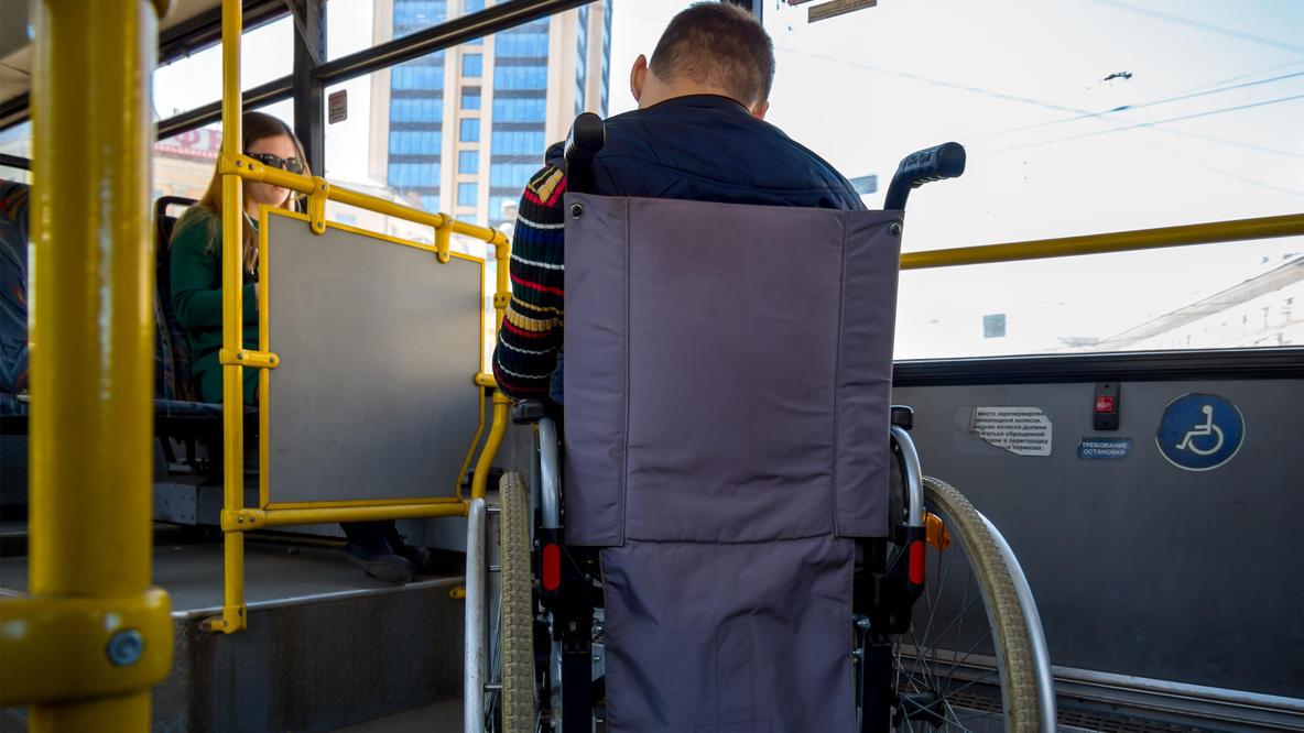 Paris: Busfahrer schmeißt alle raus - weil niemand Platz für Rollstuhlfahrer machen wollte