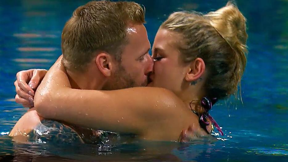 Heiße Promis Knutschen Im Pool
