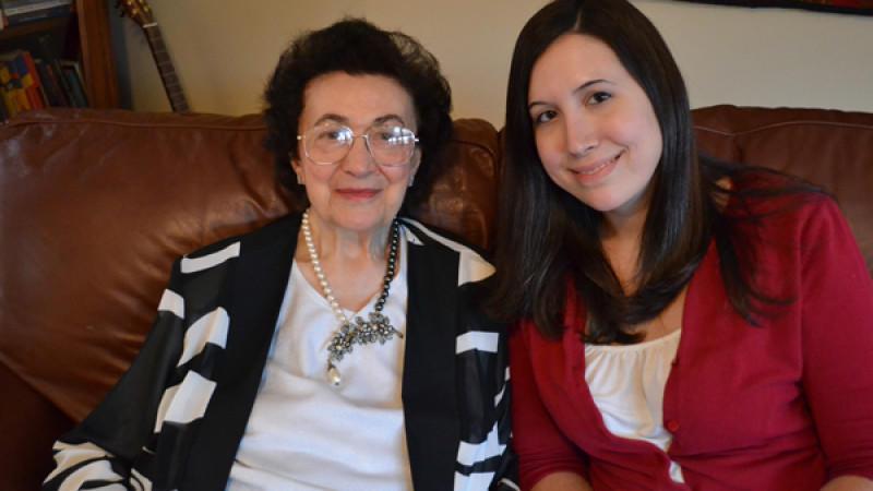 Enkelin und Großmutter beim wilden Omasex
