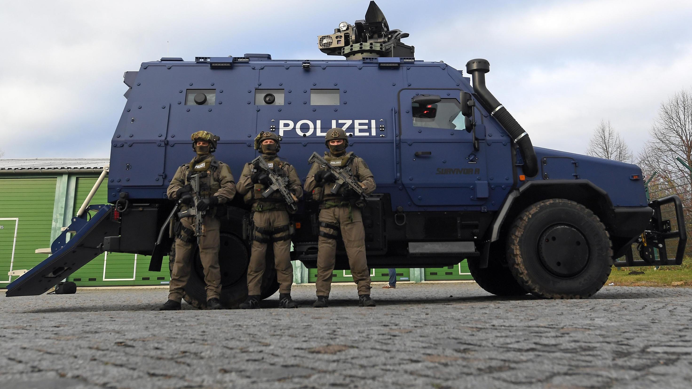 Sachsen: Empörung über Polizeipanzer - Sitzstickerei mit